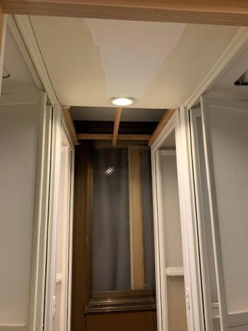 シャワー室天井、修繕前
